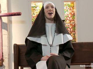 Maličké blondýna lives von fantasy mníška gangbanged podľa 5 priests v chapel