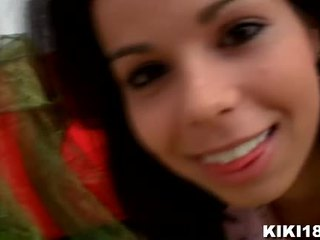 Kiki18 invites 您 到 她的 卧室 到 揭示 您 她的 小 秘密