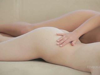 Sie girlfriends berühren auf sie perfekt brüste