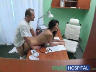 Fakehospital doktor fucks porno schauspielerin über tisch im privat clinic