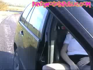 Panty vrouw in haar auto in weg layby vingeren haar kut door haar nylons