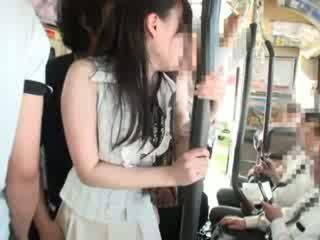 Innocent tšikk käperdatud edasi a buss