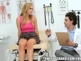 Lexi belle visits hänen lääkäri kohteeseen olla a ammattilainen opinion onto hänen jugs