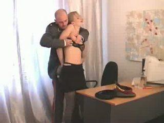 Nga cao sĩ quan abusing thấp hơn ranked cô gái soldier video