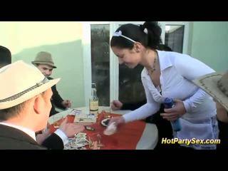 Seksi pelayan wanita loves eating besar-besaran air mani
