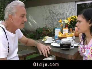Oldje: ग्रॅनड्पा david pounds एक हॉट टीन में उसके yard
