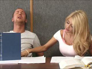 Pétée une en chaleur blonde dedans salle de classe