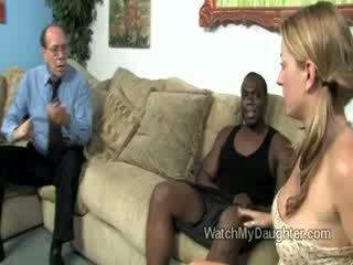 Красавици блондинки малко дъщеря swallows а голям дебели черни чеп в преден на тя fathers очи
