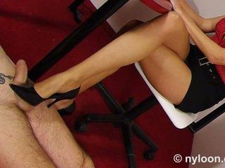 Nylon pantyhosed secrétaire gives branlette avec chaussures et branlette avec les pieds