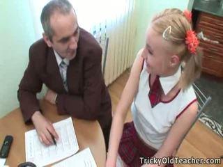 Pievilcīgas studente pleases viņai vecs treneris par vairāk lielisks grades