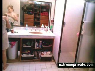 Mijn sexy mam betrapt mijn spycam in badkamer