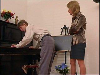 Ouder piano leraar dominates haar student