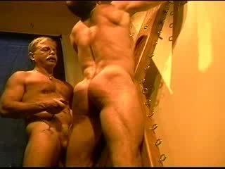 To bodybuilder's muscle ass gets an ass whuppin' như chỉ tôi có thể cho nó. clip 3