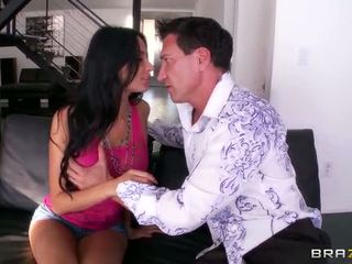 Smokin chaud anissa kate est lounging à maison quand an