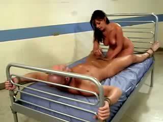 Krankenschwester penny flame bouncing sie muschi auf bald patients schwanz