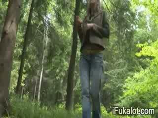 Outdoors roken dong in de bos