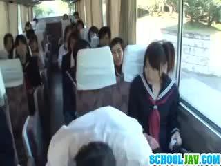 Tiener op een publiek bus puts haar gezicht in een bus rider lap