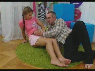Baben spridning henne benen till ta en balle