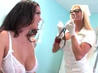 怪異 護士 nikita tries 到 醫治 alison