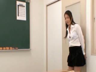 স্কুল শিক্ষক gets প্রাচ্য জগ licked