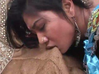 印度人 懒妇 rides 一 公鸡 深 在 她的 毛茸茸 屄