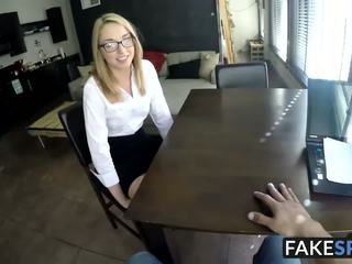 Blondine cutie met bril sucks een groot piemel op haar.