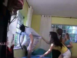 Trīs jauns meitenes loving ar kramplauzis