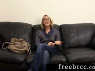 Skaistas blondīne humiliated laikā slepenā istaba klausīšanās