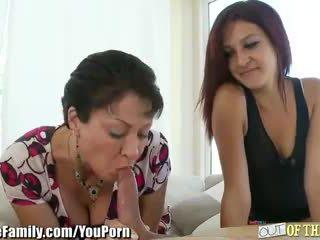 Adolescentes mamá teaches su a chupar polla