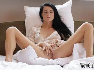Adolescente negra haired nena margot masturbates su trimmed twat