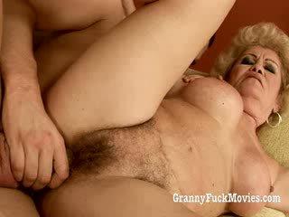 60 plus 할머니 gets 엿 에 그녀의 털이 많은 고양이