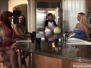 Četri lesbiand milfs uz nejaukas orgija video