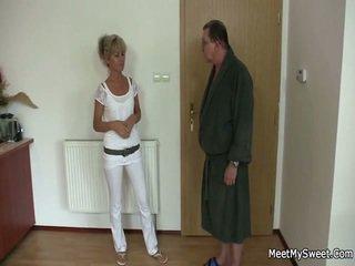 Lui leaves e anziano parents seduces suo yummy gf
