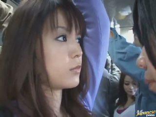 Zem svārkiem šāviens no a pievilcīgas ķīnieši uz a crowded autobuss