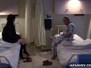 Azijietiškas pacientas dulkinimasis jo visitor su a seksas žaislas