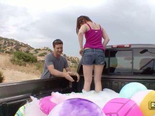 Hitchhiker having venkovní pohlaví v the zpět na the auto