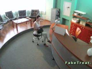 Sexy patiënt geneukt in waiting kamer in fake ziekenhuis