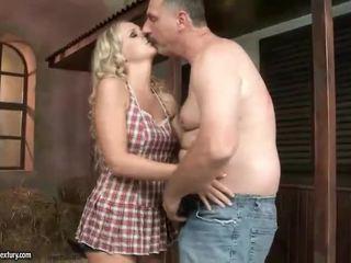 Starý otec fucks príťažlivé násťročné blondýna v the barn