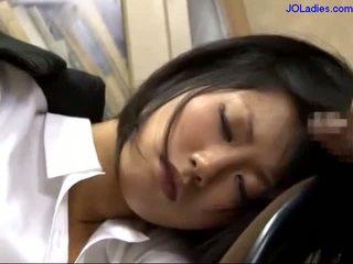 Pejabat wanita tidur pada yang kerusi getting beliau mulut fucked licking guy zakar/batang dalam yang pejabat