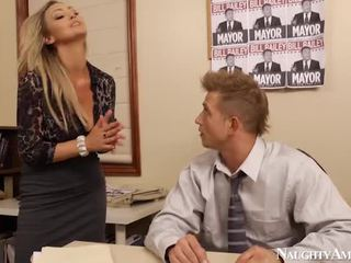 Bigtitted abbey brooks bump di kantor