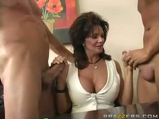 Breasty milf deauxma engulfing na 2 velika težko boner