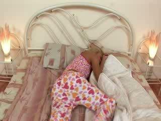 Blondie jerkingoff av før en søvn