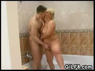 有趣 同 一 金发 奶奶 在 该 浴室