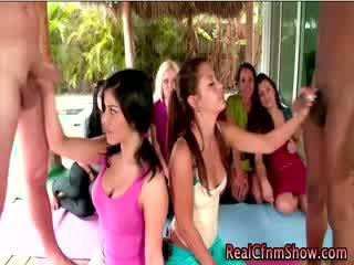 Yoga babes nautima riietes naine paljaste meestega cocks