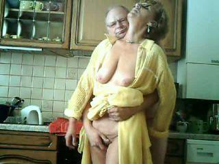 vecenīte, lielas krūtis, aptaustīšana