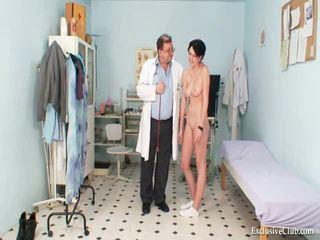 Krūtainas goddess nejaukas gyno ārsts eksāmens