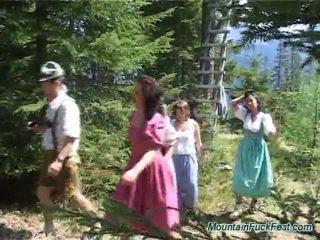Foresters و سهل dolls having imbecilic فريق الاباحية داخل فتح هواء