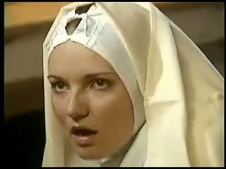동성애의 수녀 fists 그녀의 sister 복장
