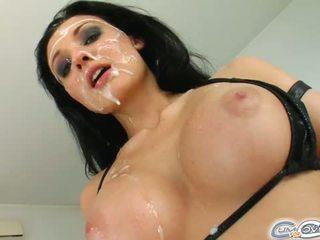 La absolutamente impactante alien gets su cara covered en