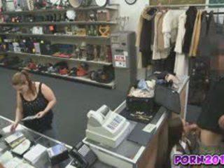 Evelyn kommen um die counter und saugen meine schwanz